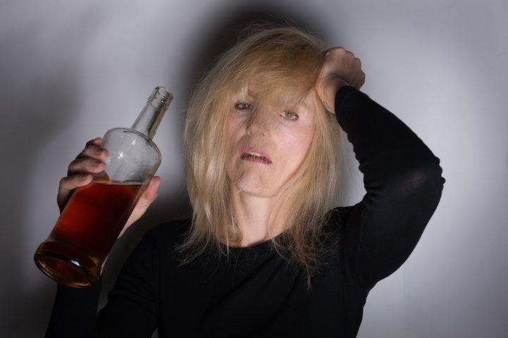 Почему женский алкоголизм не лечится